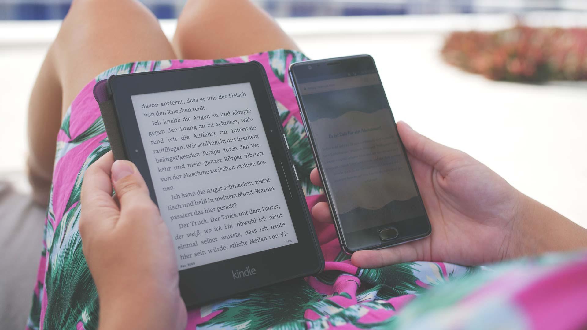Kindle Display Vergleich Smartphone bei Tageslicht