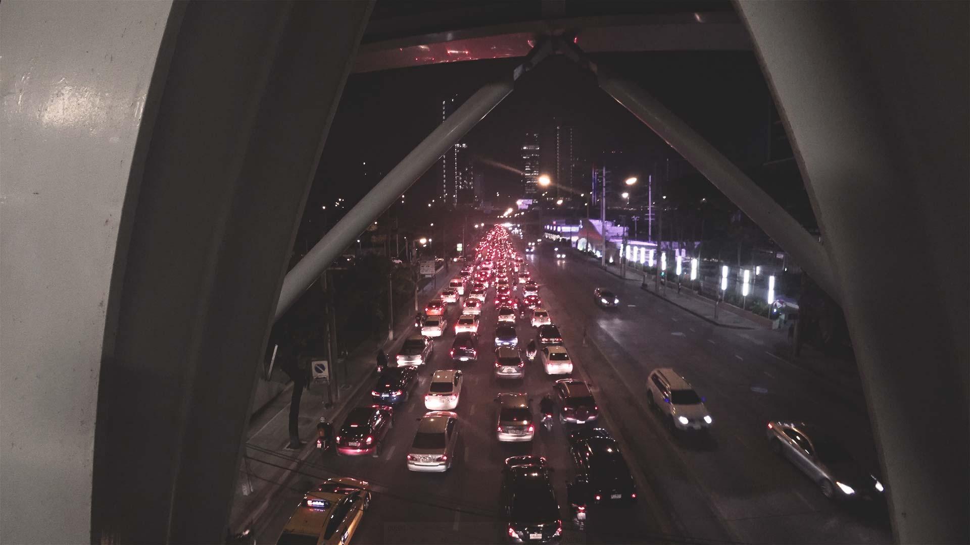 Bangkok bei Nacht - Straßen und Autos in Thailand, Südostasien