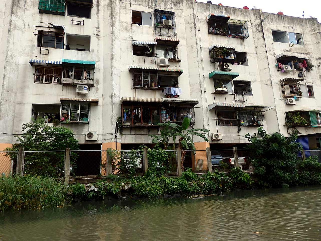 Die Häuser am Fluss in Chao Phraya, Bangkok