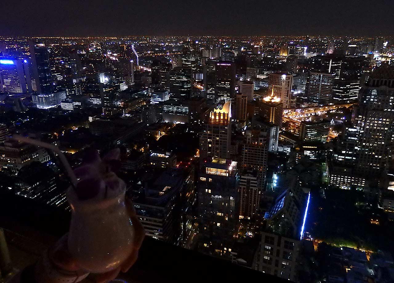 Bangkoks Skyline von einer Bar bei Nacht
