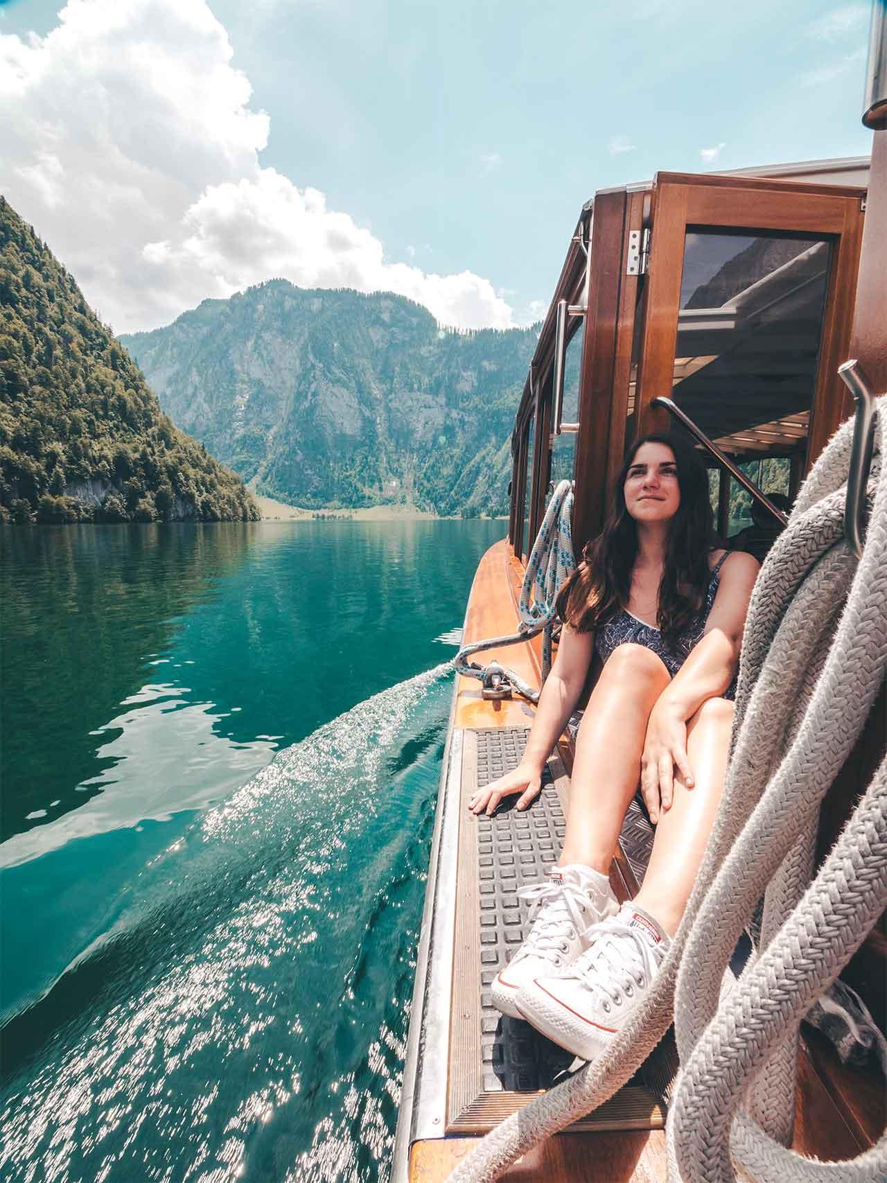 Jasmin auf dem Elektroboot am Königssee