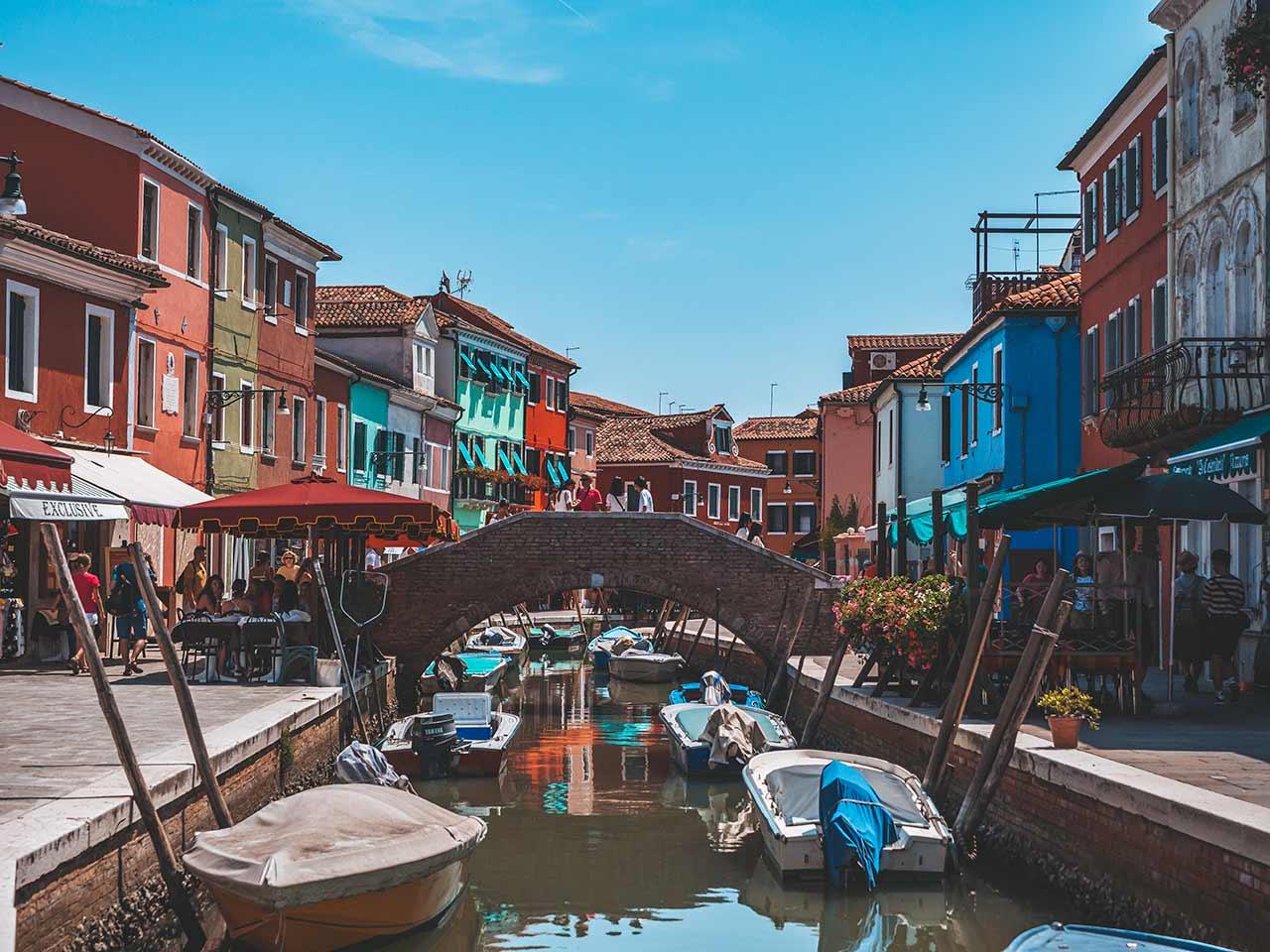 Buntes Venedig - Brücke, Boote und Restaurants
