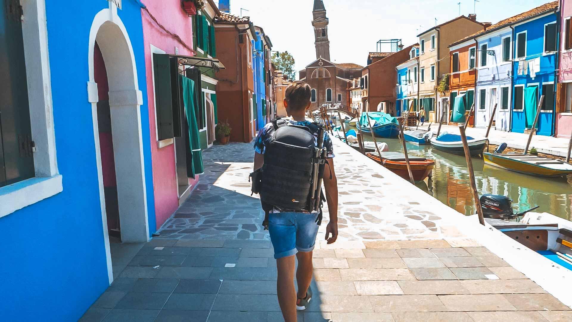 Valentin läuft durch Burano - bunte Häuser, Boote und der Turm der Martino Kirche