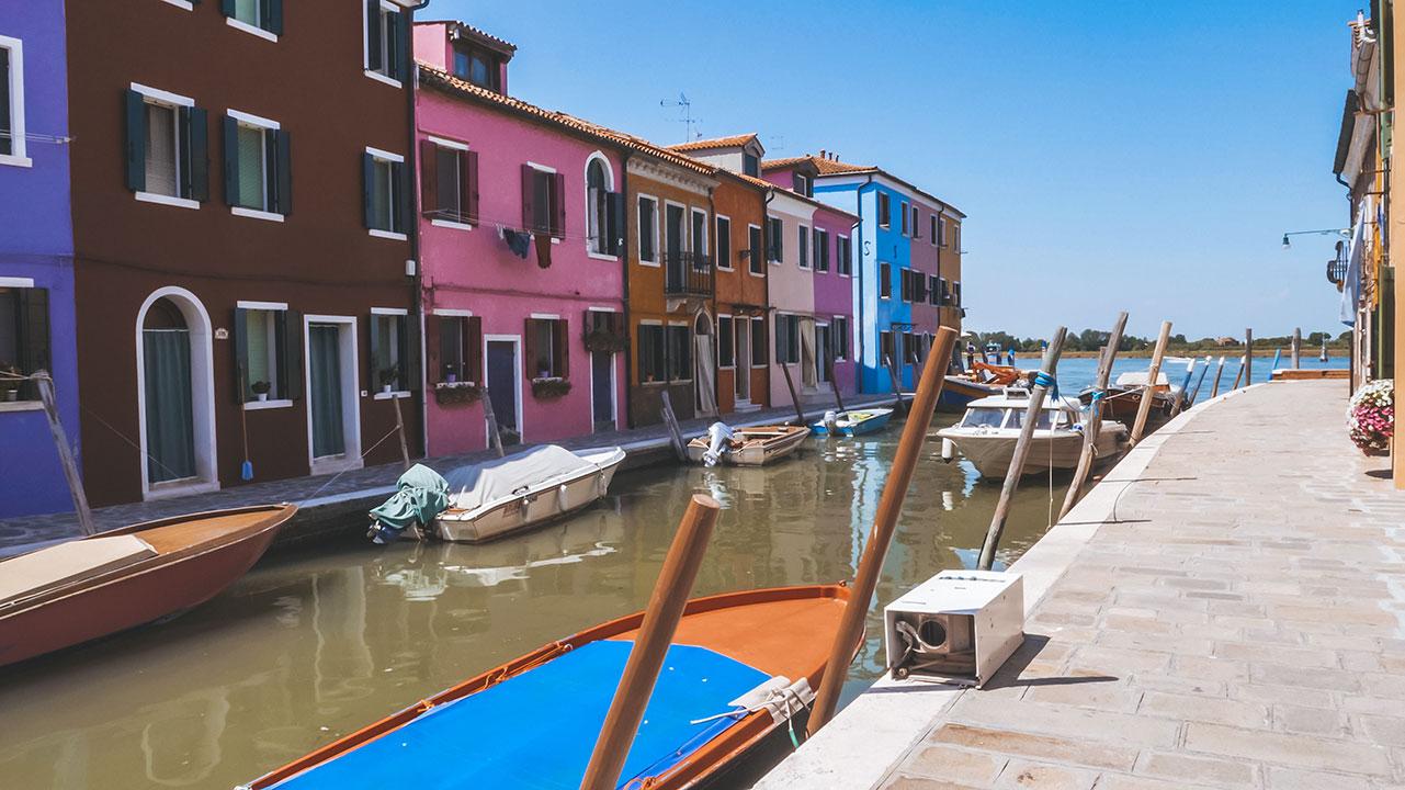 Bunte Häuser und bunte Boote in Burano