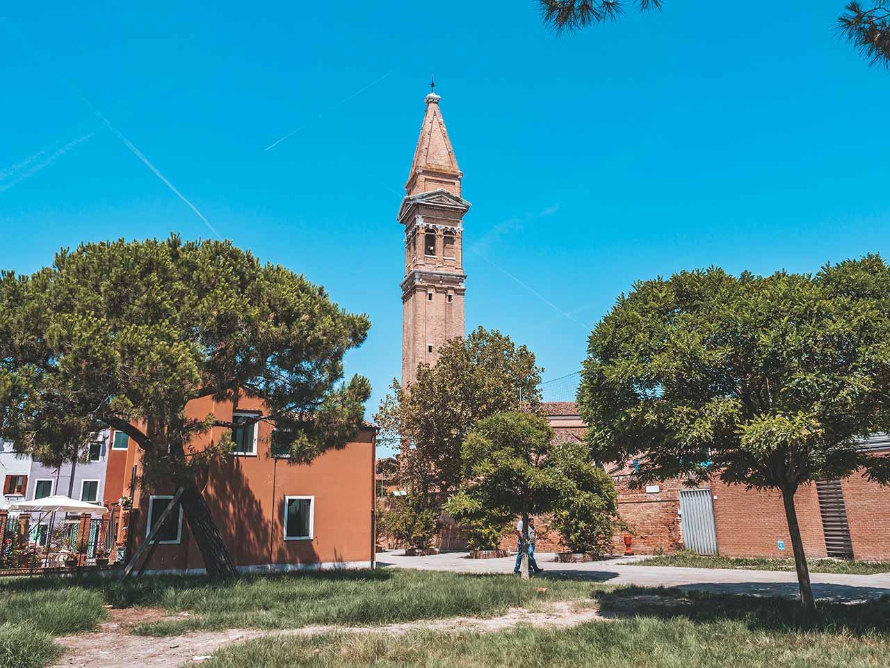 Wiese in Burano - Aussicht auf den Turm der Martino Kirche