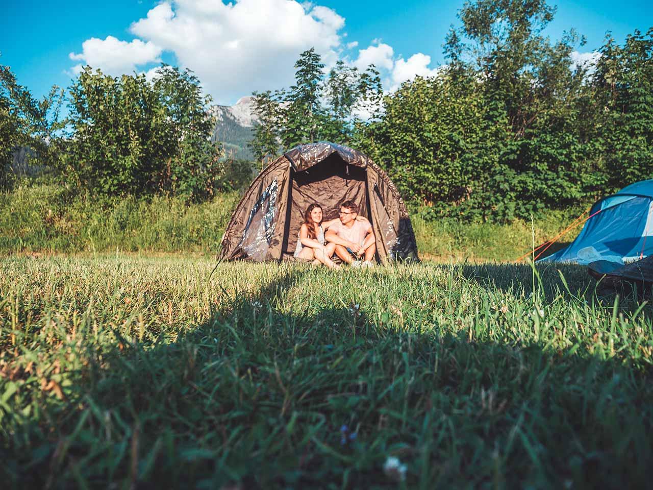 Campingplatz Königssee Grafenlehnen - Valentin & Jasmin sitzen vor ihrem Zelt