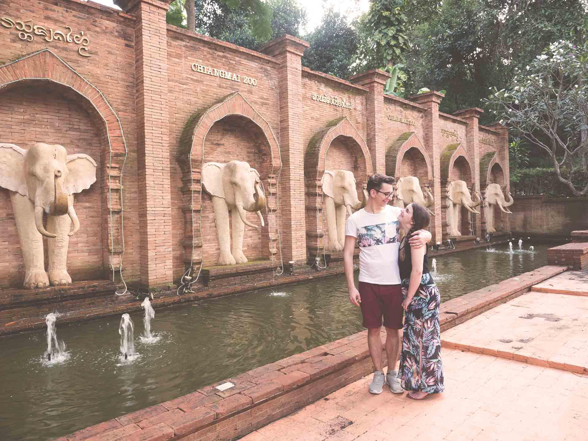 Chiang Mai Zoo - Jasmin und Valentin vor einem Brunnen
