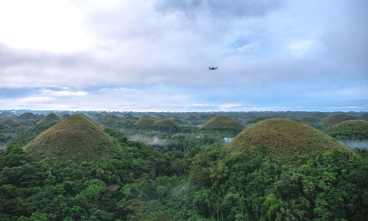 Drohne über den Chocolate Hills in Bohol
