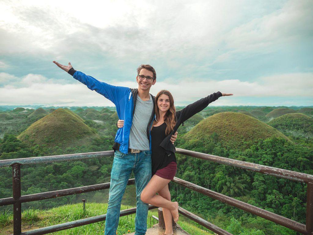 Valentin und Jasmin auf der Aussichtsplattform der Chocolate Hills in Carmen