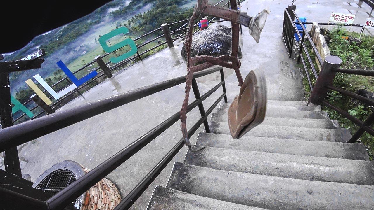 Kaputter Schuh auf der Treppe zu den Chocolate Hills