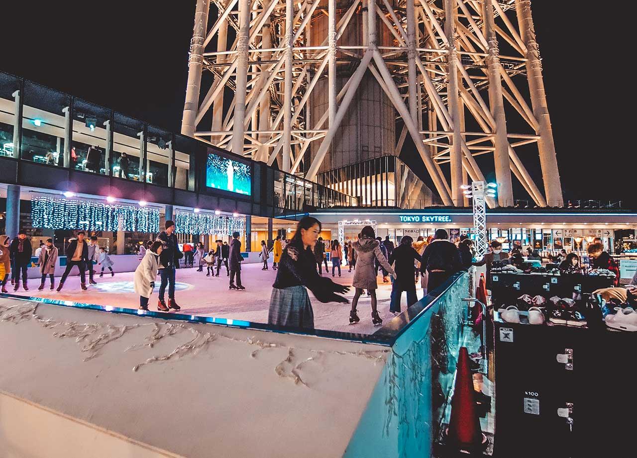 Eislaufbahn vor dem Tokyo Skytree im Winter Schlittschuhlaufen