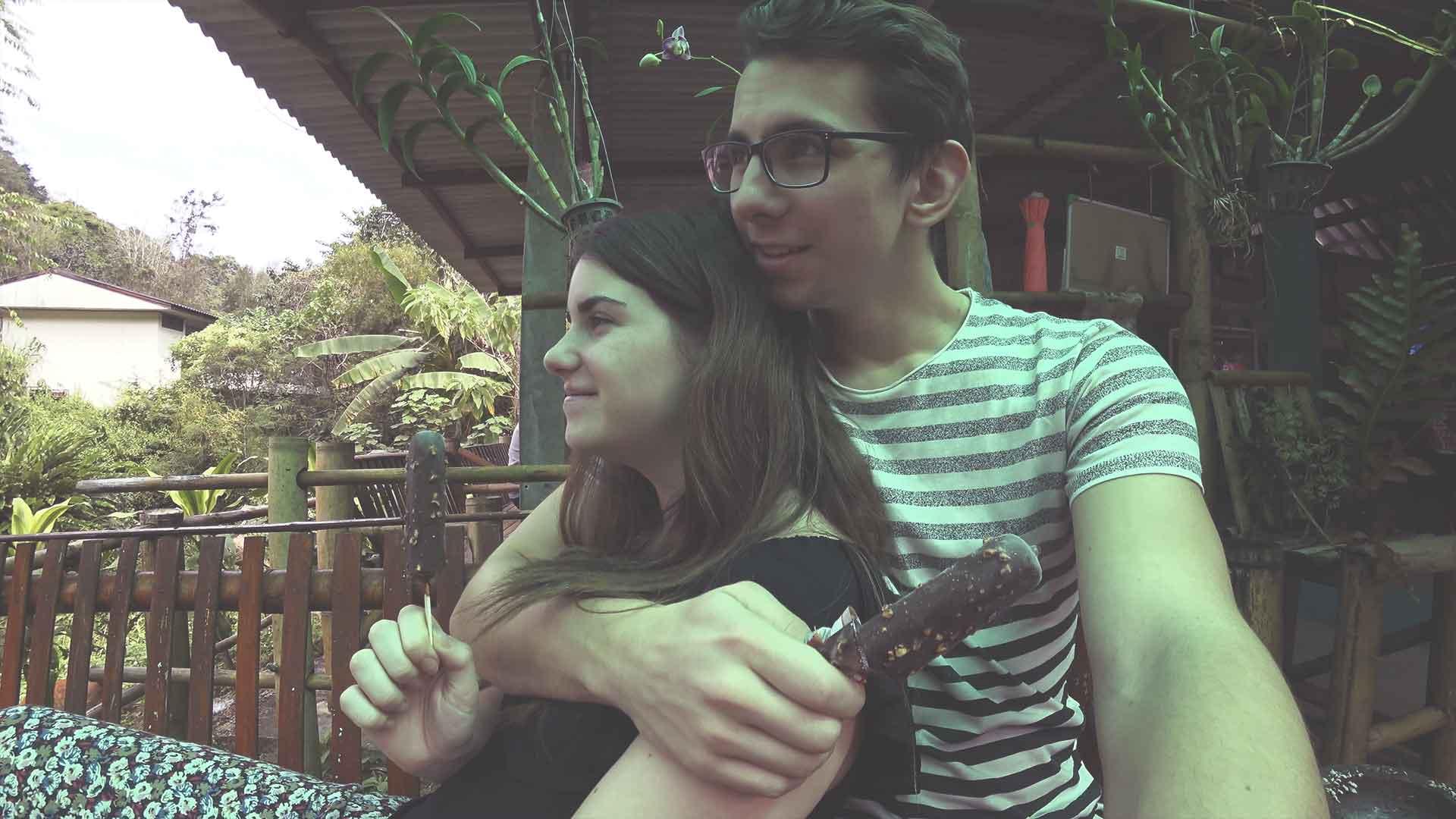 Fahrt von Chiang Mai nach Pai - Zwischenstopp - Jasmin und Valentin essen ein Eis