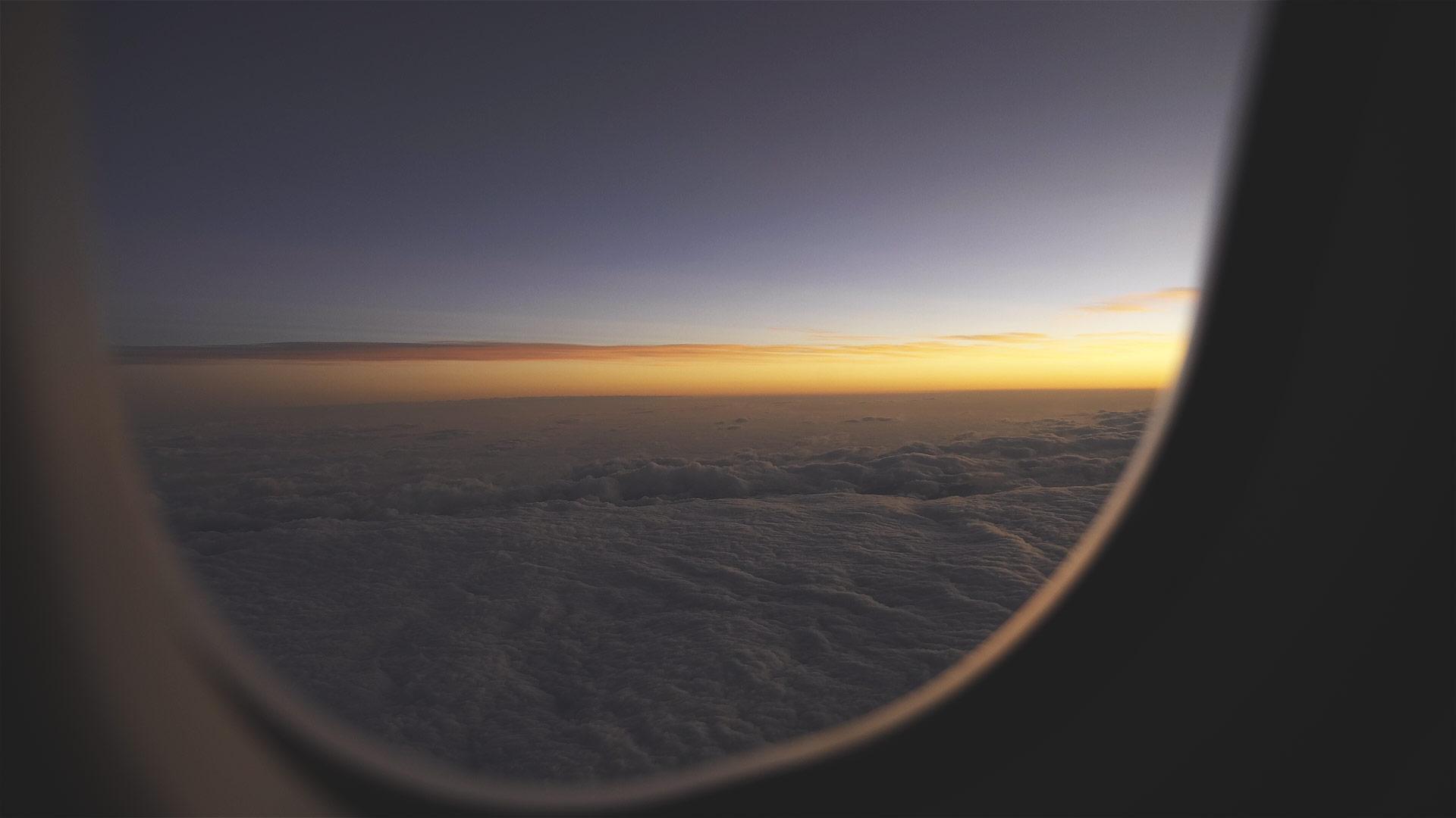 Sonnenaufgang im Flugzeug vor der Landung in Bangkok