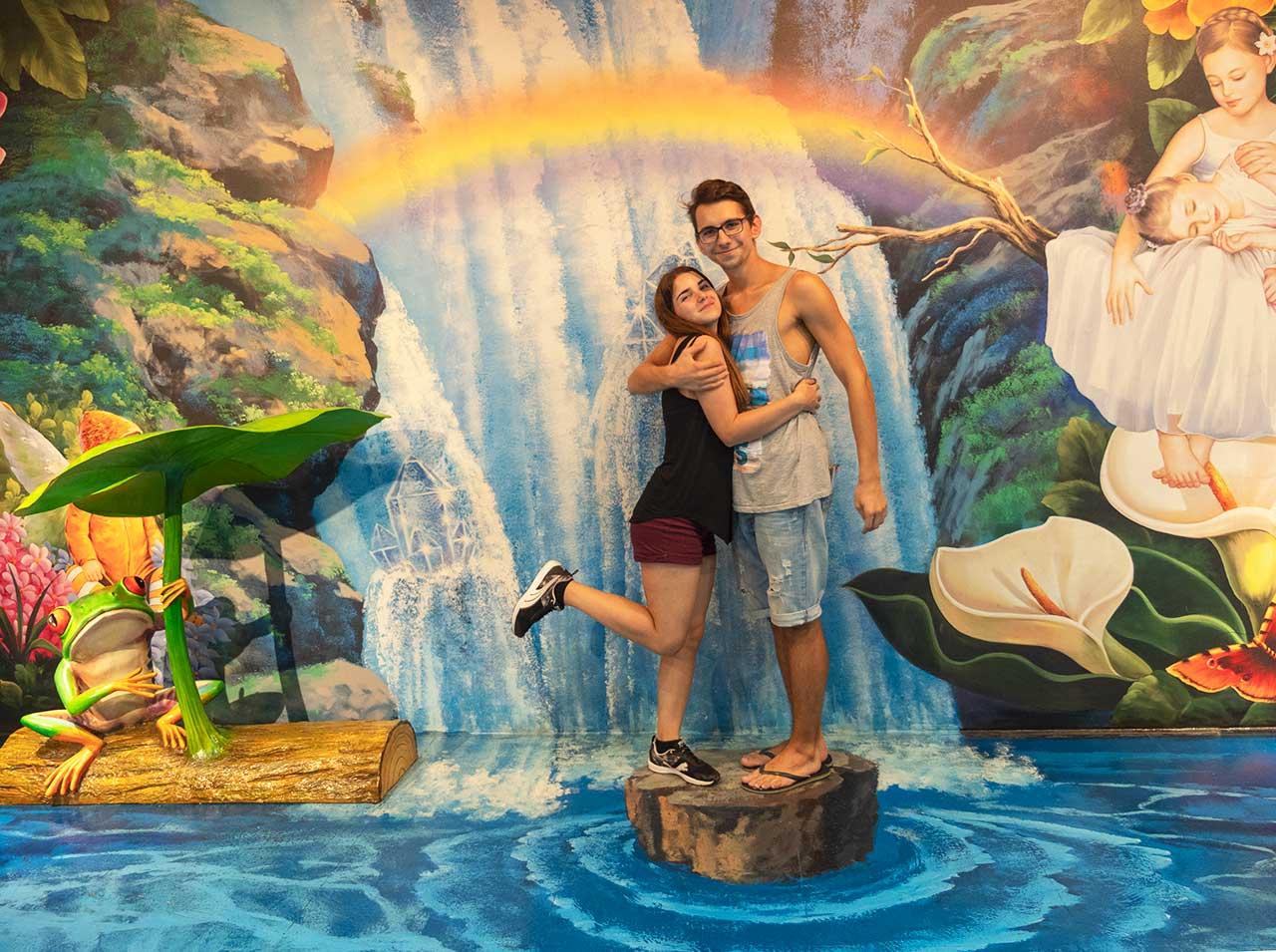 Freizeitinsel Sentosa in Singapur - Valentin und Jasmin im Trickeye Museum