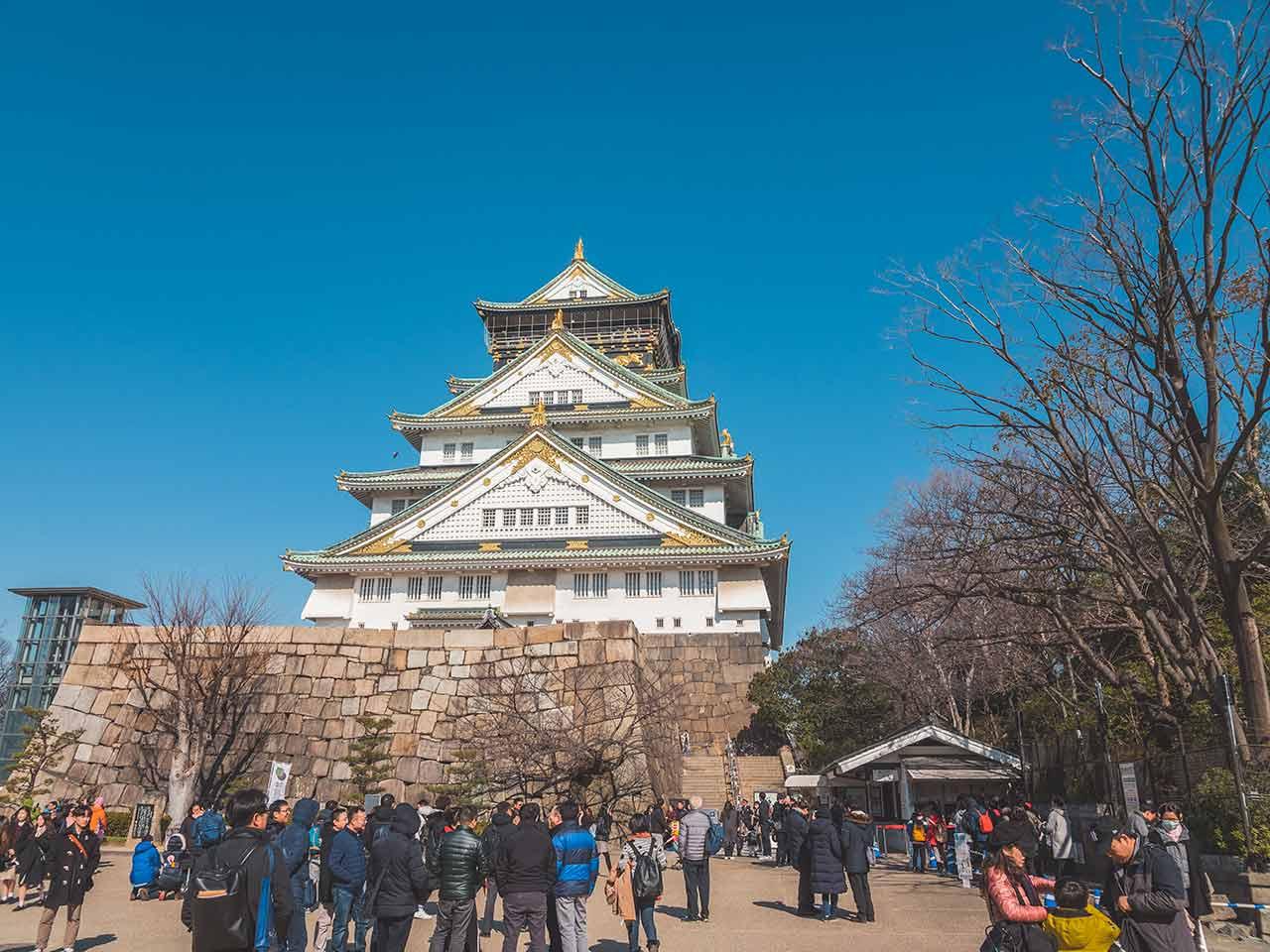 Osaka Castle mit vielen Besuchern