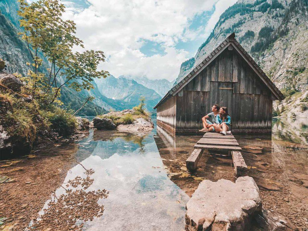 Valentin und Jasmin sitzen am Haus vom Obersee