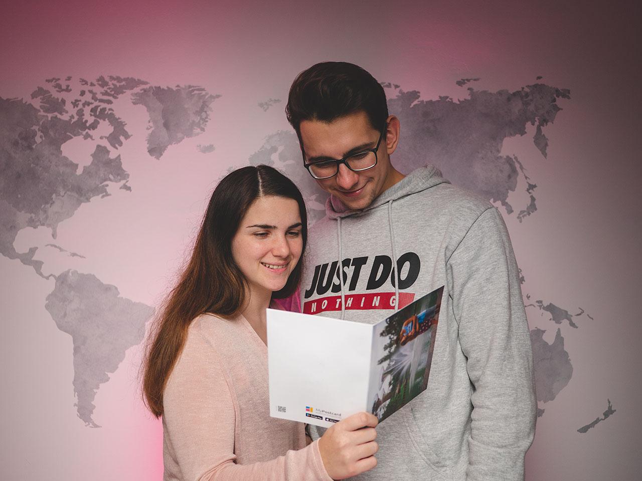 Jasmin und Valentin mit der MyPostcard Postkarte