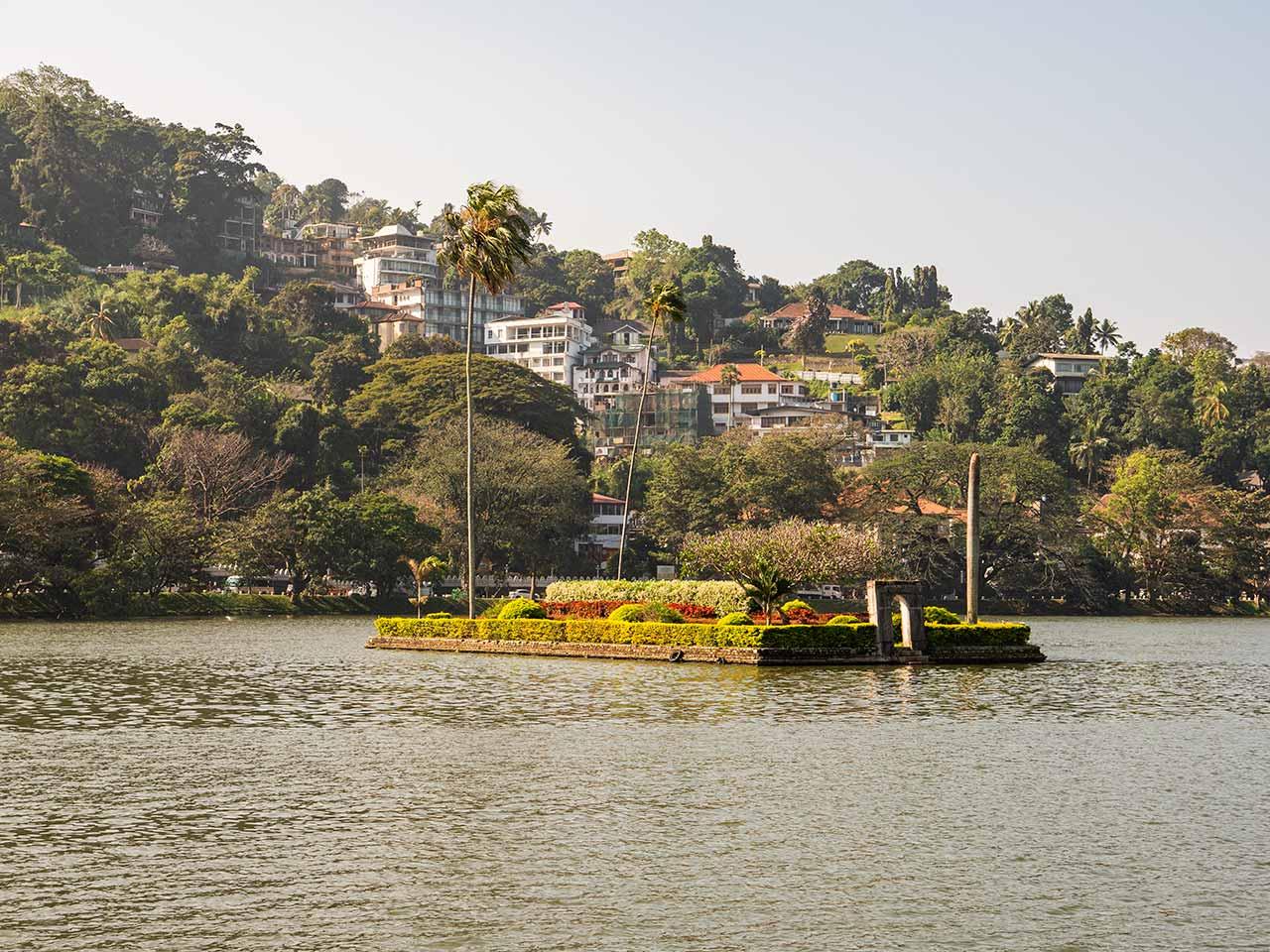 Insel auf dem Kandy Lake in Sri Lanka