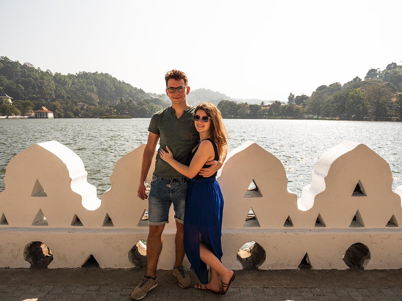 Valentin und Jasmin am Kandy Lake in Sri Lanka