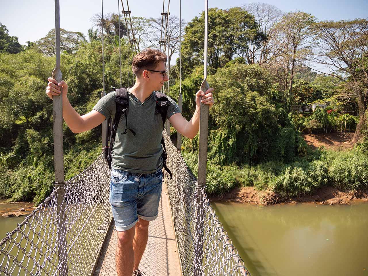Valentin auf der Brücke vom Royal Botanical Garden in Kandy, Sri Lanka