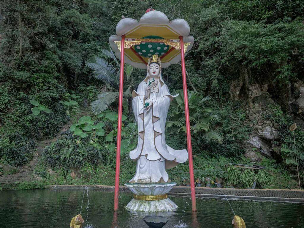 Die Statue am Eingang des Kek Lok Tong Tempel in Ipoh