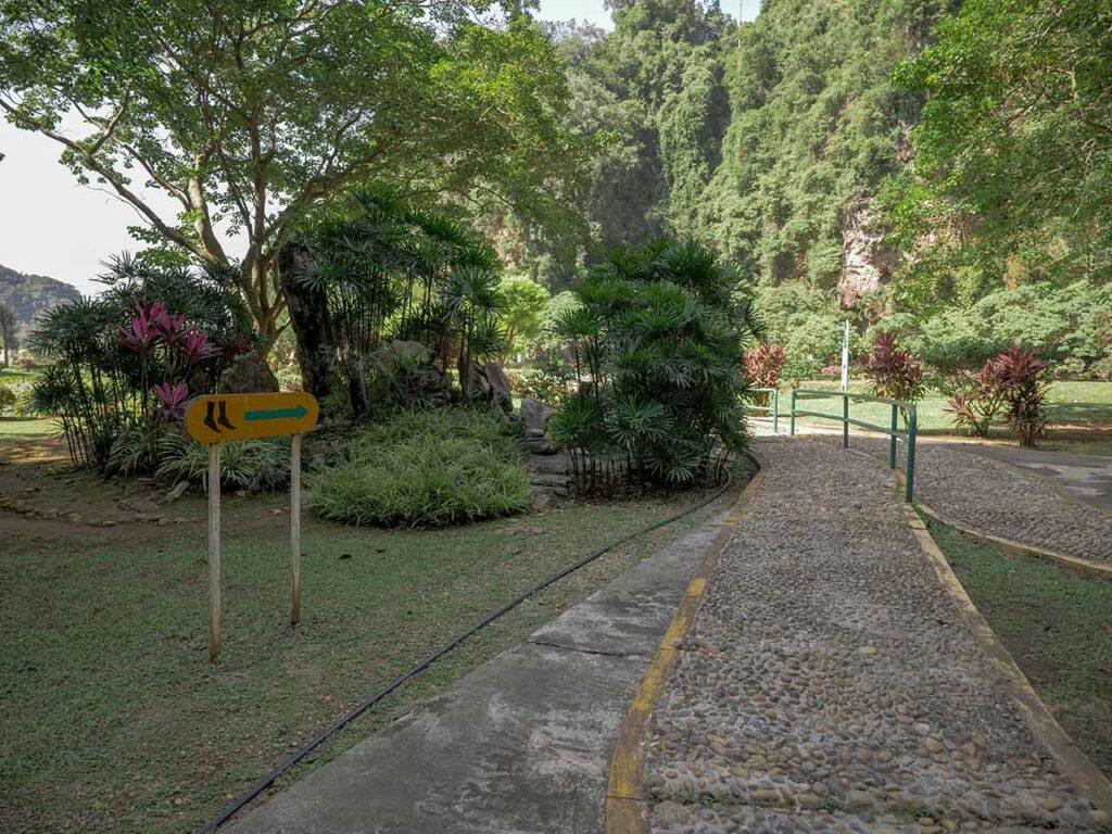 Barfußpfad im Park des Kek Lok Tong Tempel in Ipoh