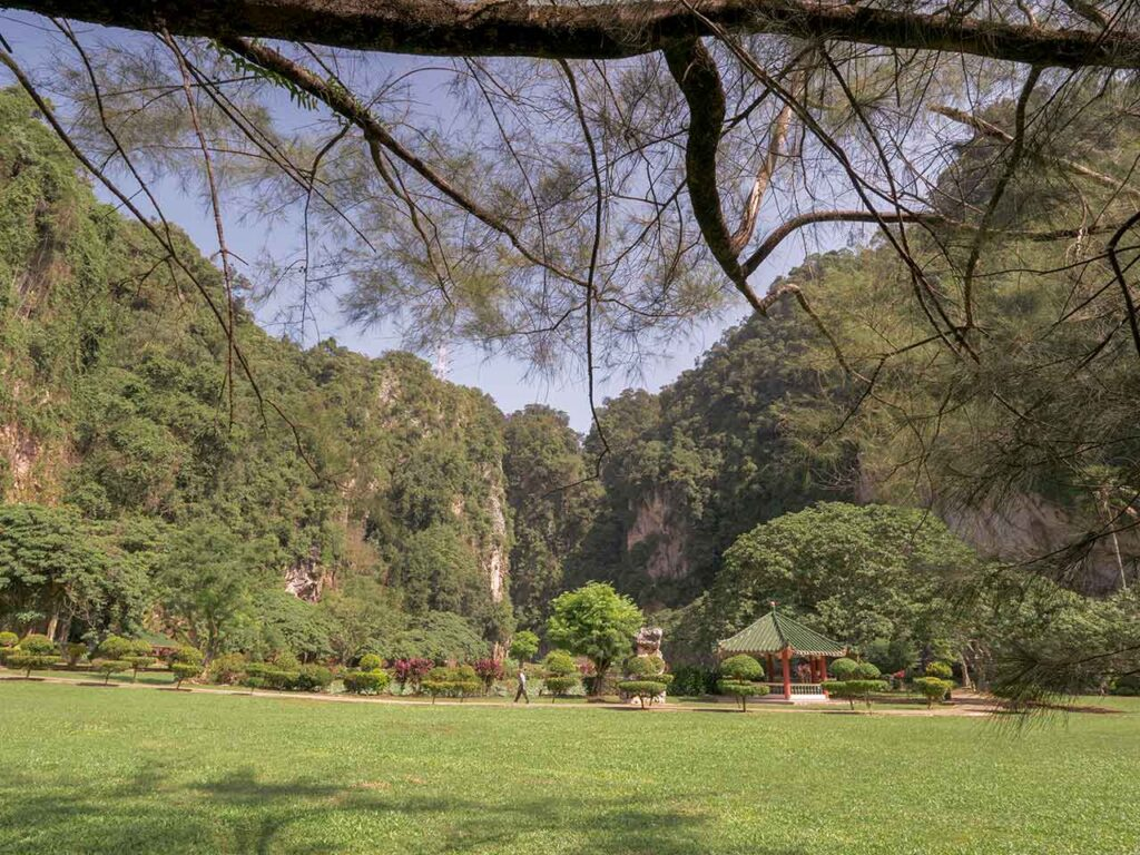 Grünfläche hinter dem Kek Lok Tong Tempel in Ipoh