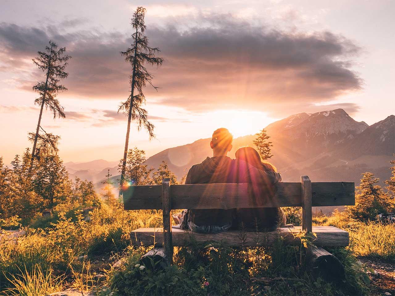 Jasmin und Valentin beim Sonnenaufgang im Berchtesgadener Land