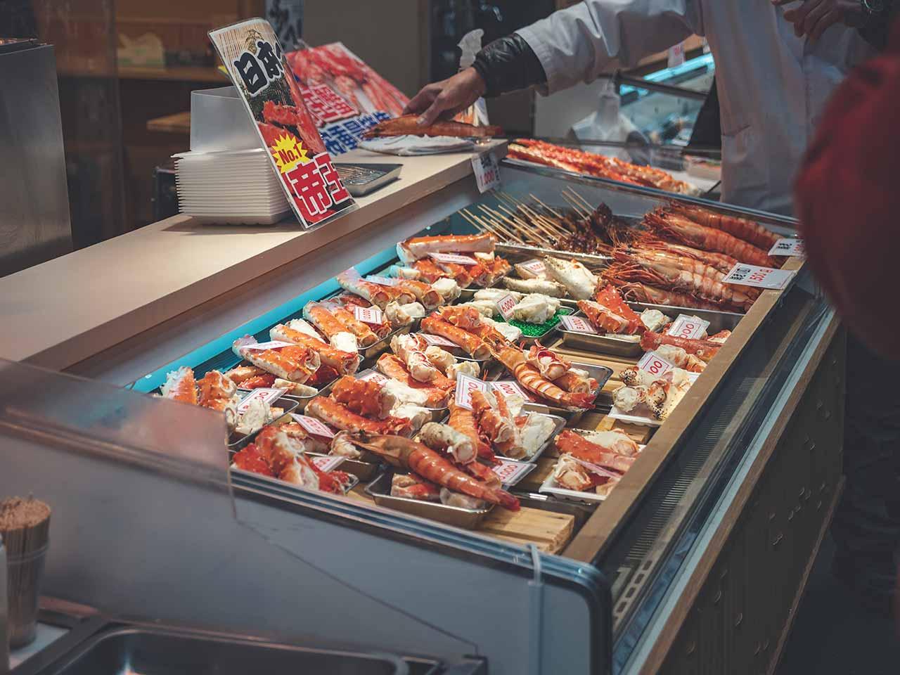 Fischspezialitäten auf dem Kuromon Ichiba Markt in Osaka