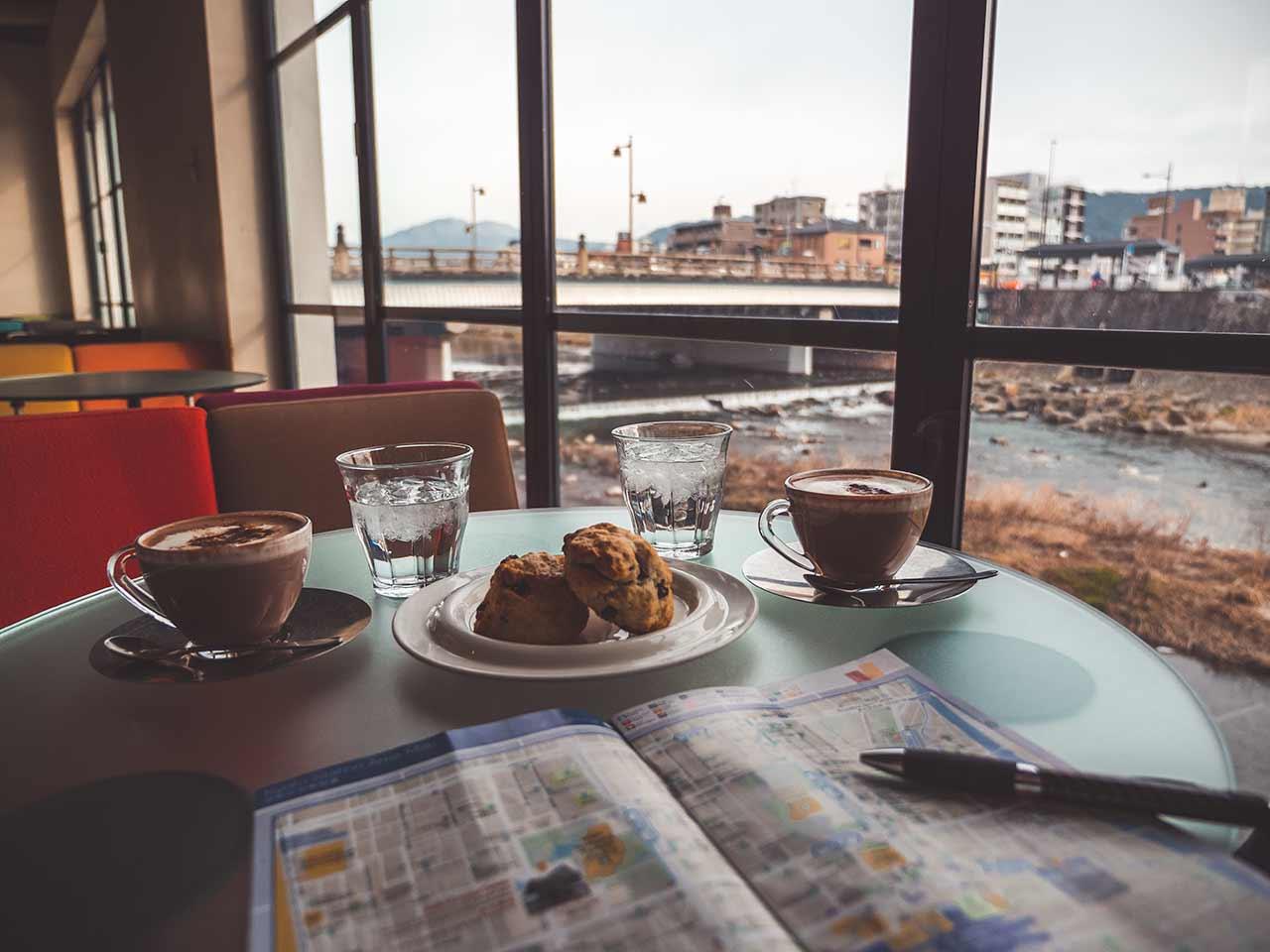 Cafe direkt am Kamogava River mit schöner Aussicht in Kyoto Japan