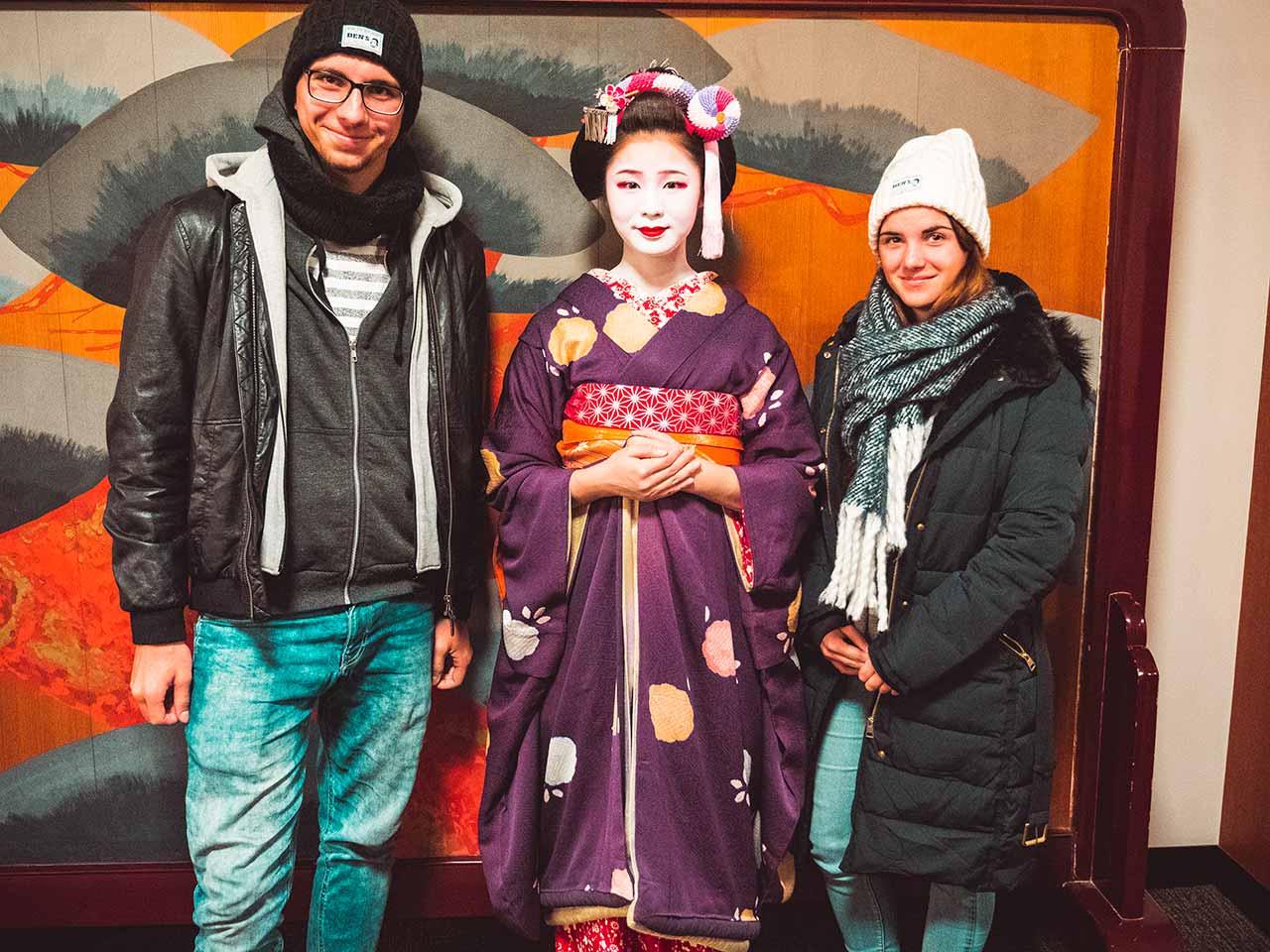 Geisha Show in Kyoto Japan: Valentin & Jasmin mit einer Geisha