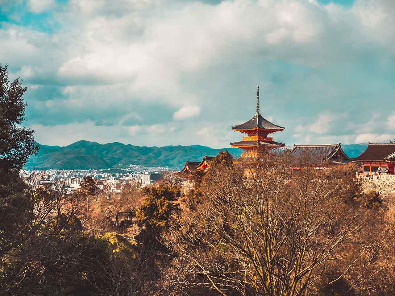 Kiyomizu Dera Tempel mit Kyoto im Hintergrund