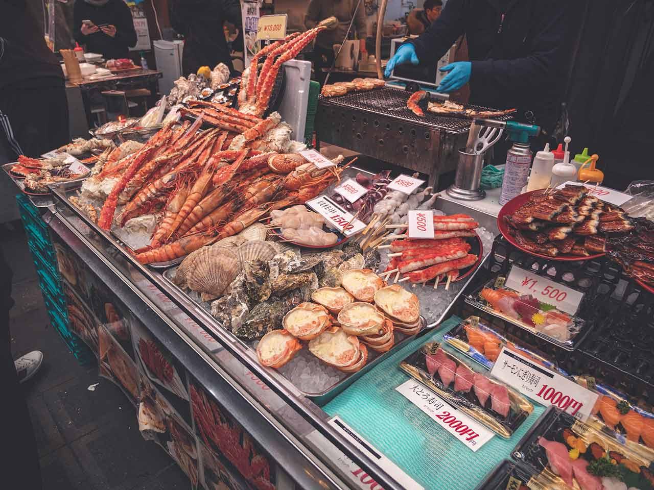 Nishiki Market - eine Auswahl an Fischen, Muscheln und anderen Spezialitäten