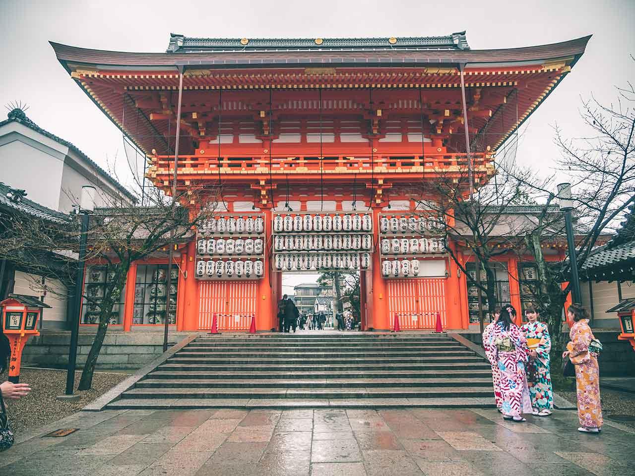 Yasaja Shrine Eingang mit Meikas und Geishas in Kyoto Japan