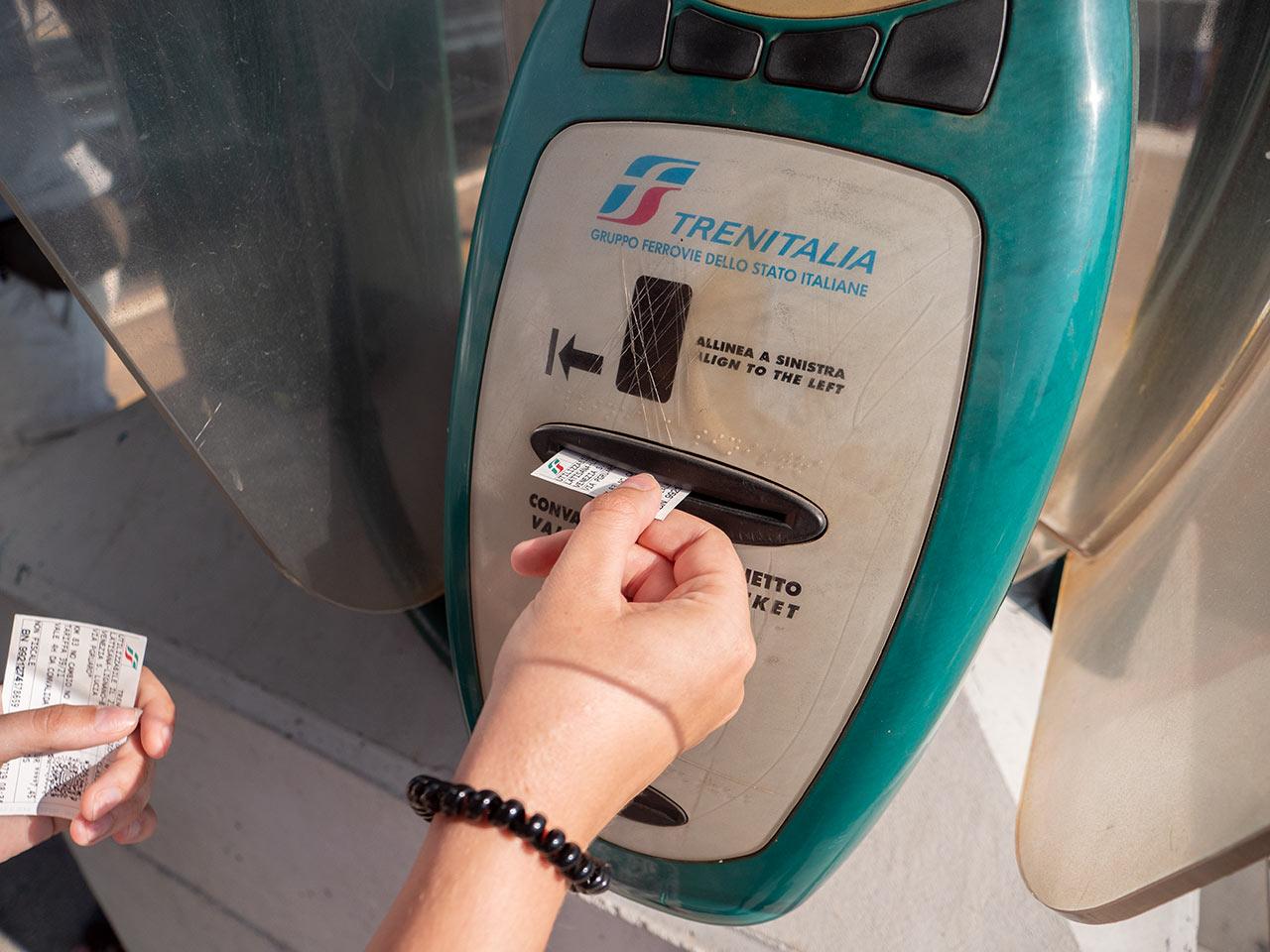 So entwertet man seine Fahrkarte an italienischen Bahnhöfen!