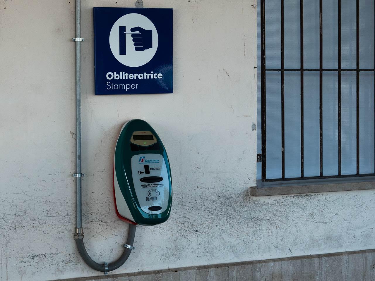 Stamper an italientischen Bahnhöfen - hier musst du deine Fahrkarte entwerten!