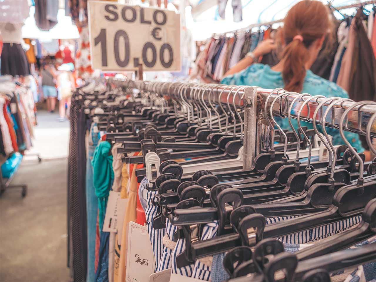 Kleidungsstand am Bazar von Lignano Sabbiadoro