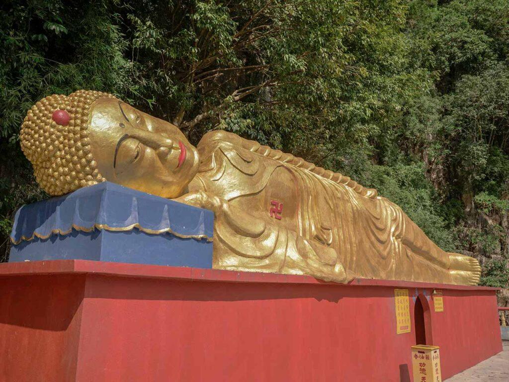 Ling Sen Tong Tempel in Ipoh: Liegende goldene Statue
