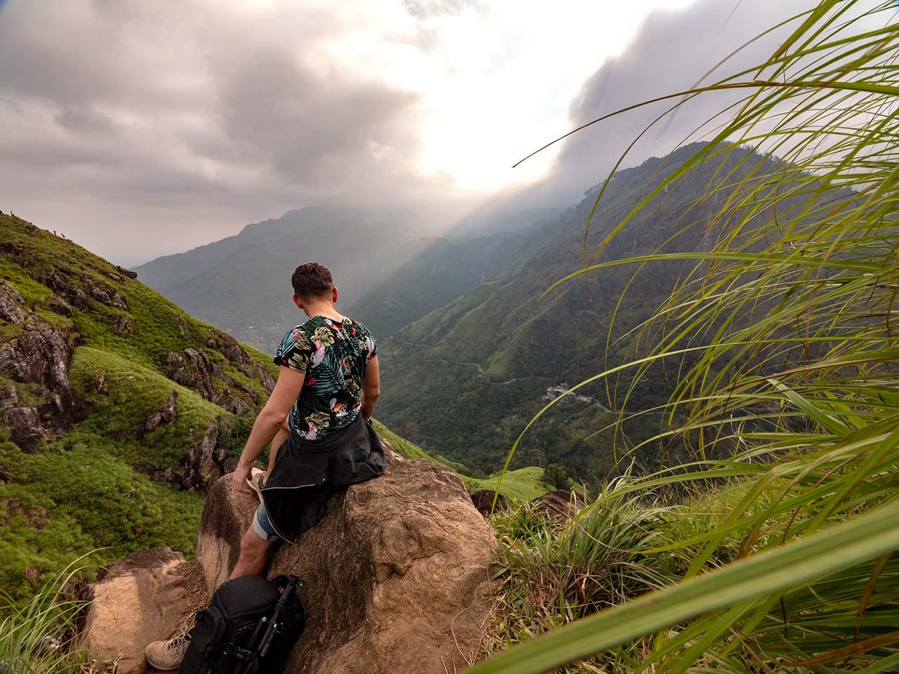 Valentin auf dem Little Adams Peak mit Kamerarucksack