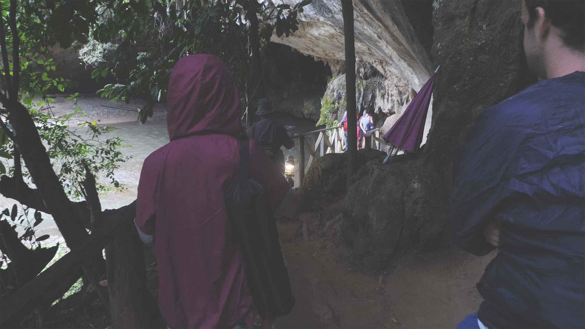 Lod Cave Trip - Eingang der Tropfsteinhöhle mit Guide und Lampe