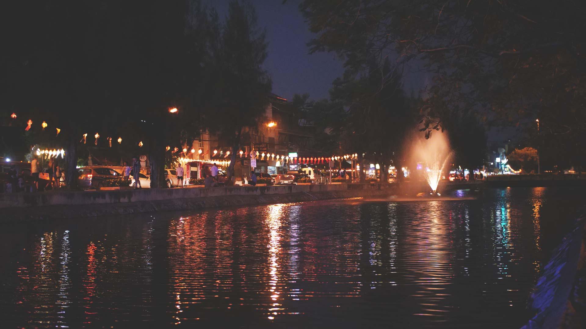 Loy Krathong Festival - Schöne Reflektionen und Wasser-Fontäne in Chiang Mai