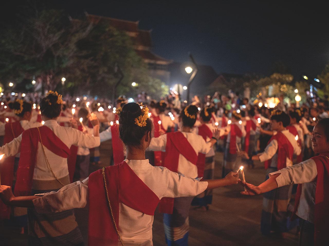 Junge Mädchen bei einer Kerzenzeremonie in Chiang Mai am Loy Krathong Festival