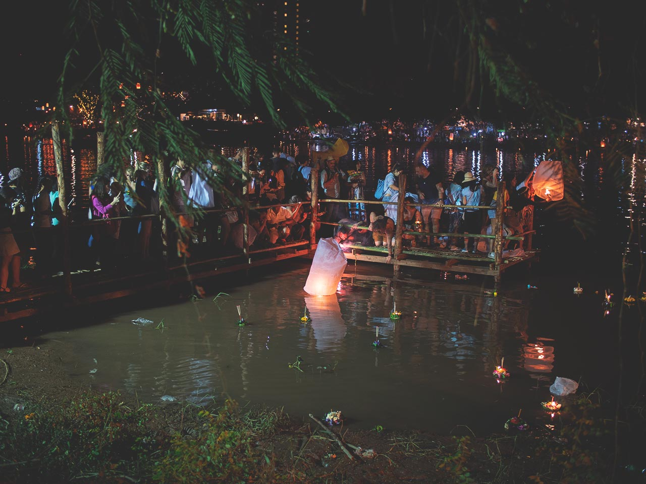 Loy Krathong Festival in Thailand - Krathong fällt in den Fluss