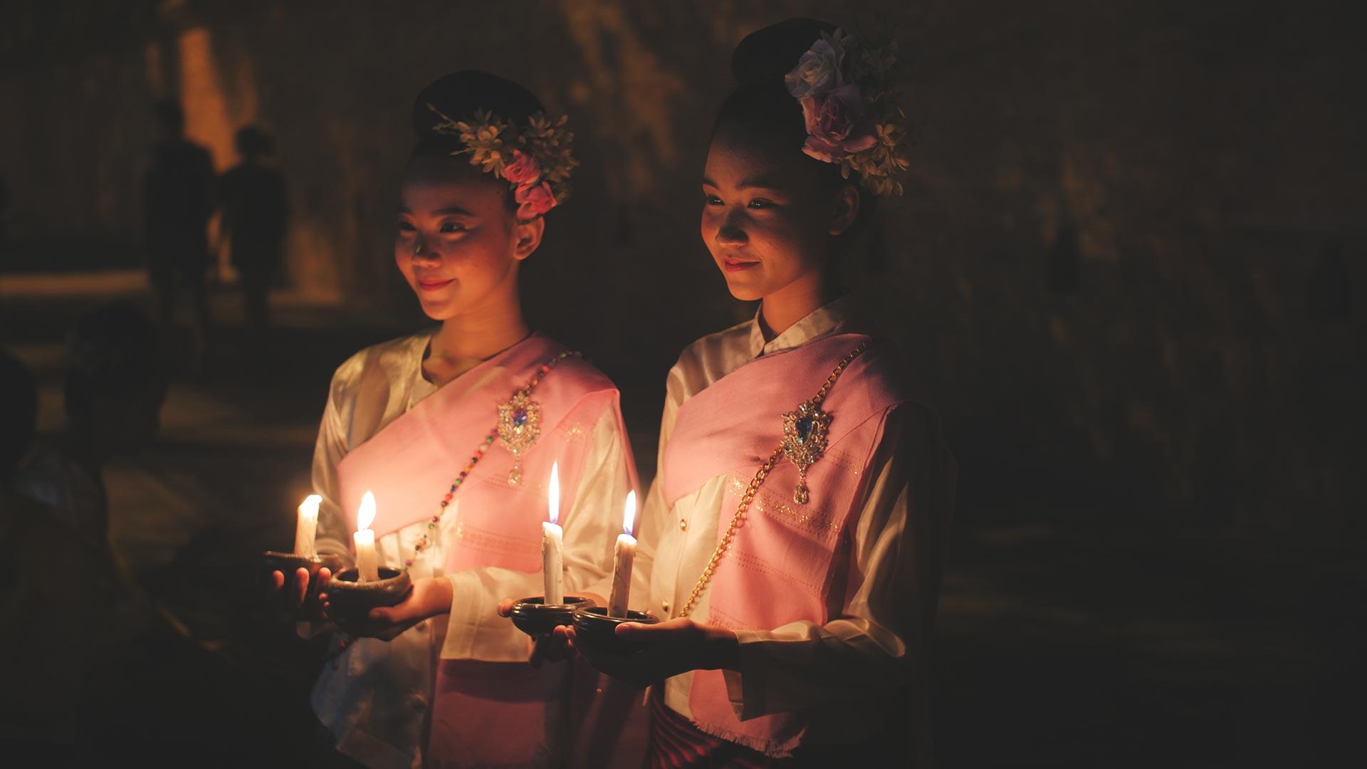 Loy Krathong Festival - Traditionell gekleidete Thailänderinnen mit Kerzen