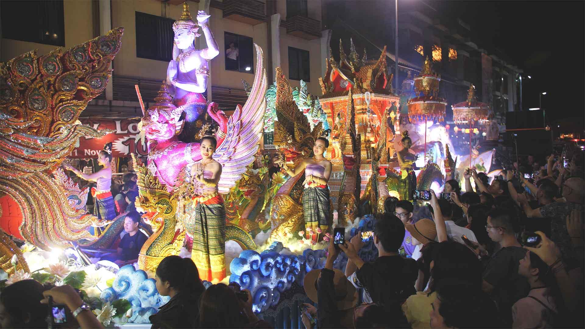 Loy Krathong Festumzug - Geschminkte Thailänderinnen auf einem geschmückten Wagen