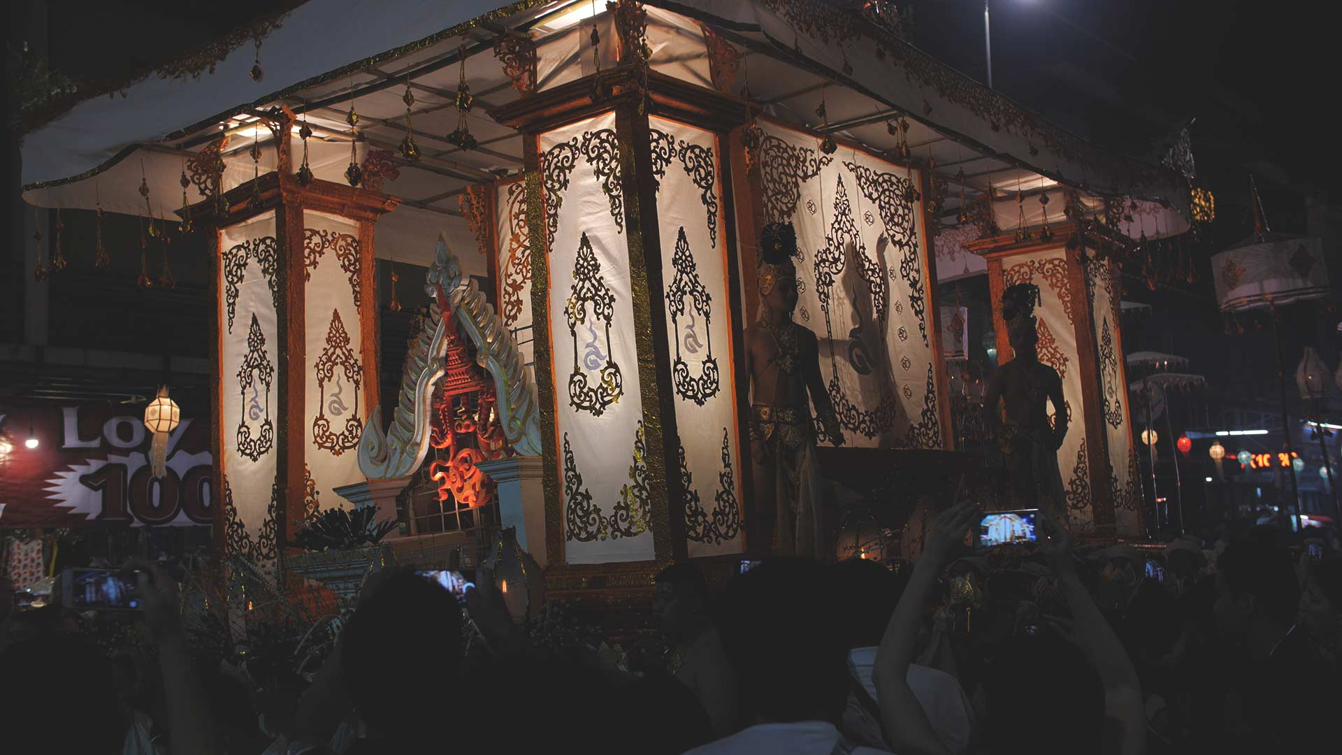 Loy Krathong Festumzug - Geschminkte Thailänder auf einem geschmückten Wagen