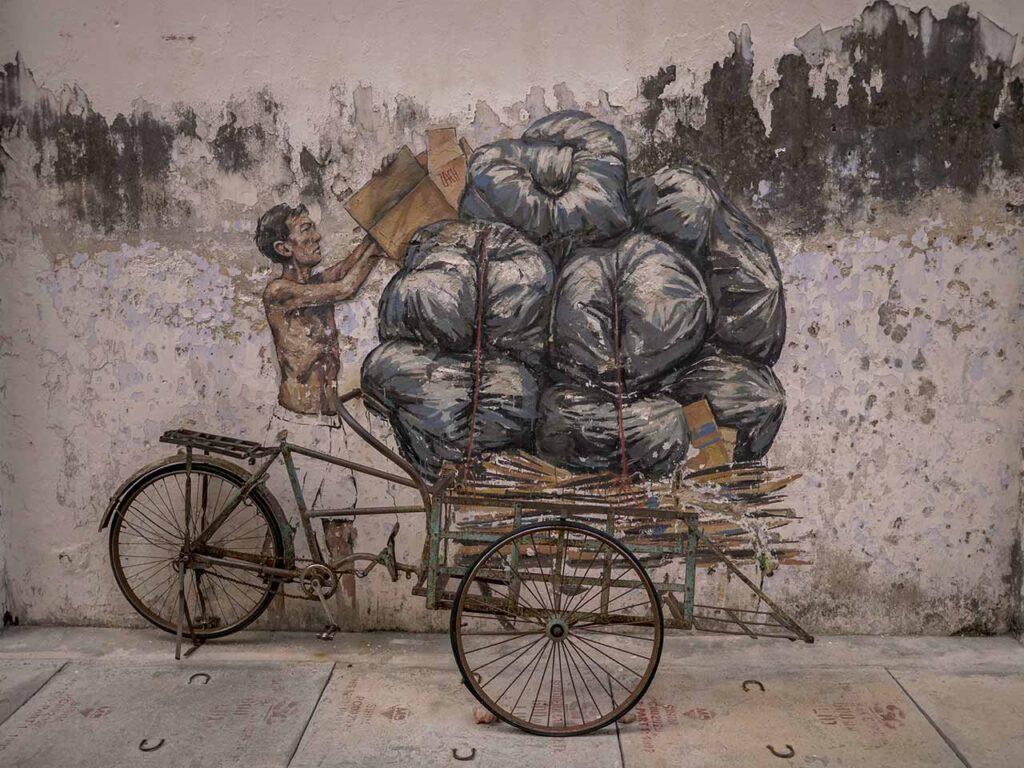 Streetart in der Market Lane in Ipoh: Mann mit vollgeladenem Fahrrad