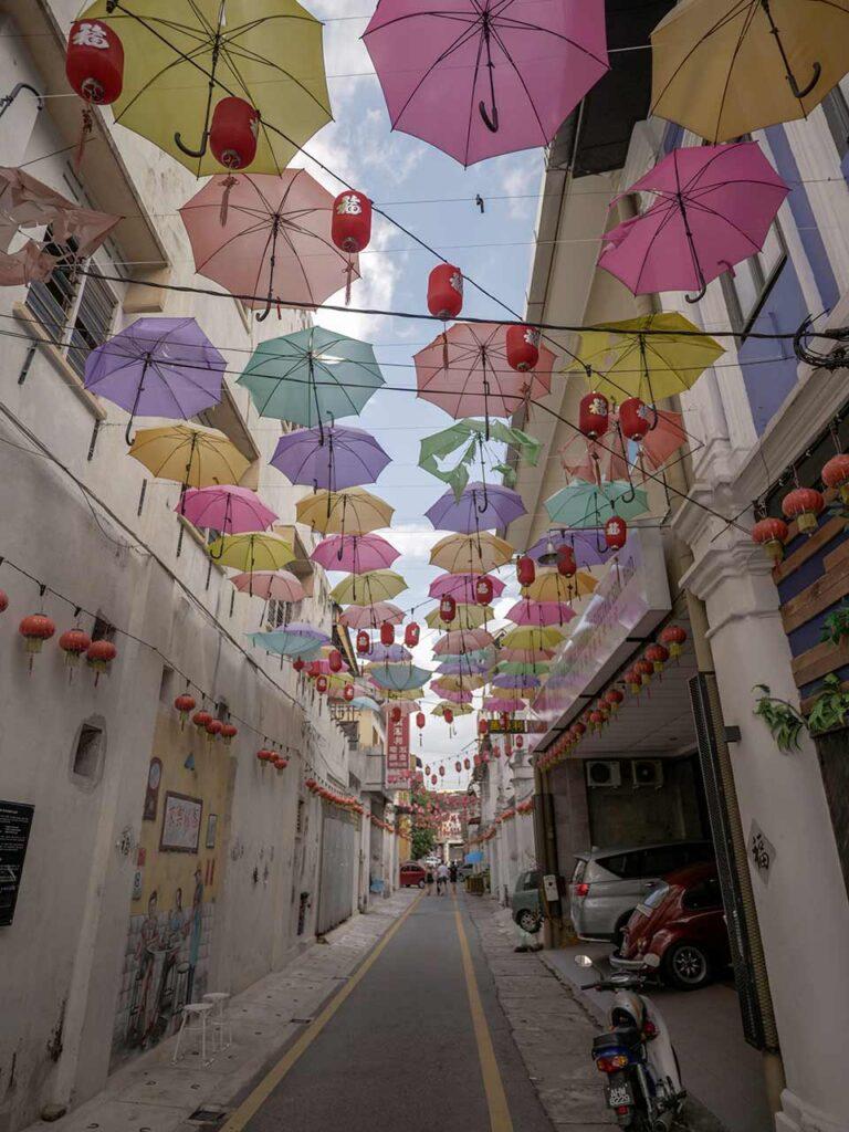 Market Lane in Ipoh: Streetart und Regenschirme in der Luft