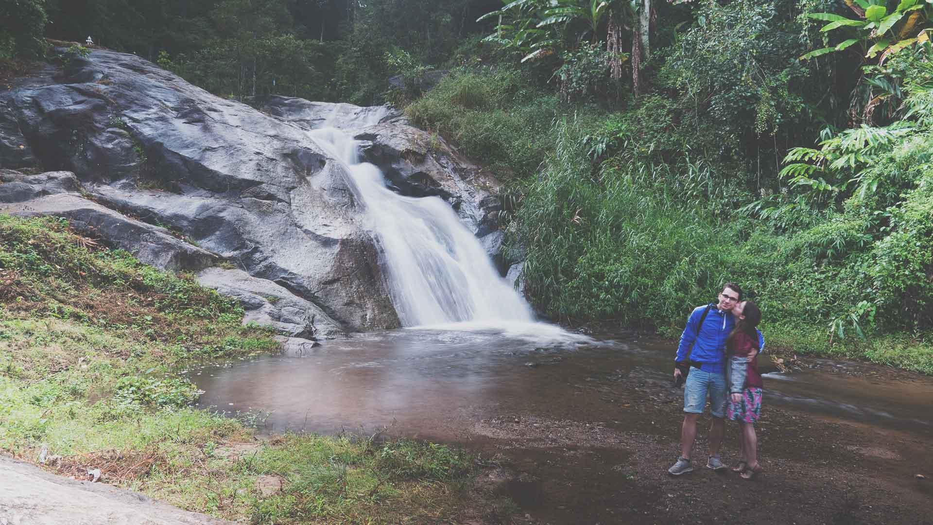 Mor Pang Waterfall - Jasmin und Valentin vor dem Mor Pang Wasserfall in Pai
