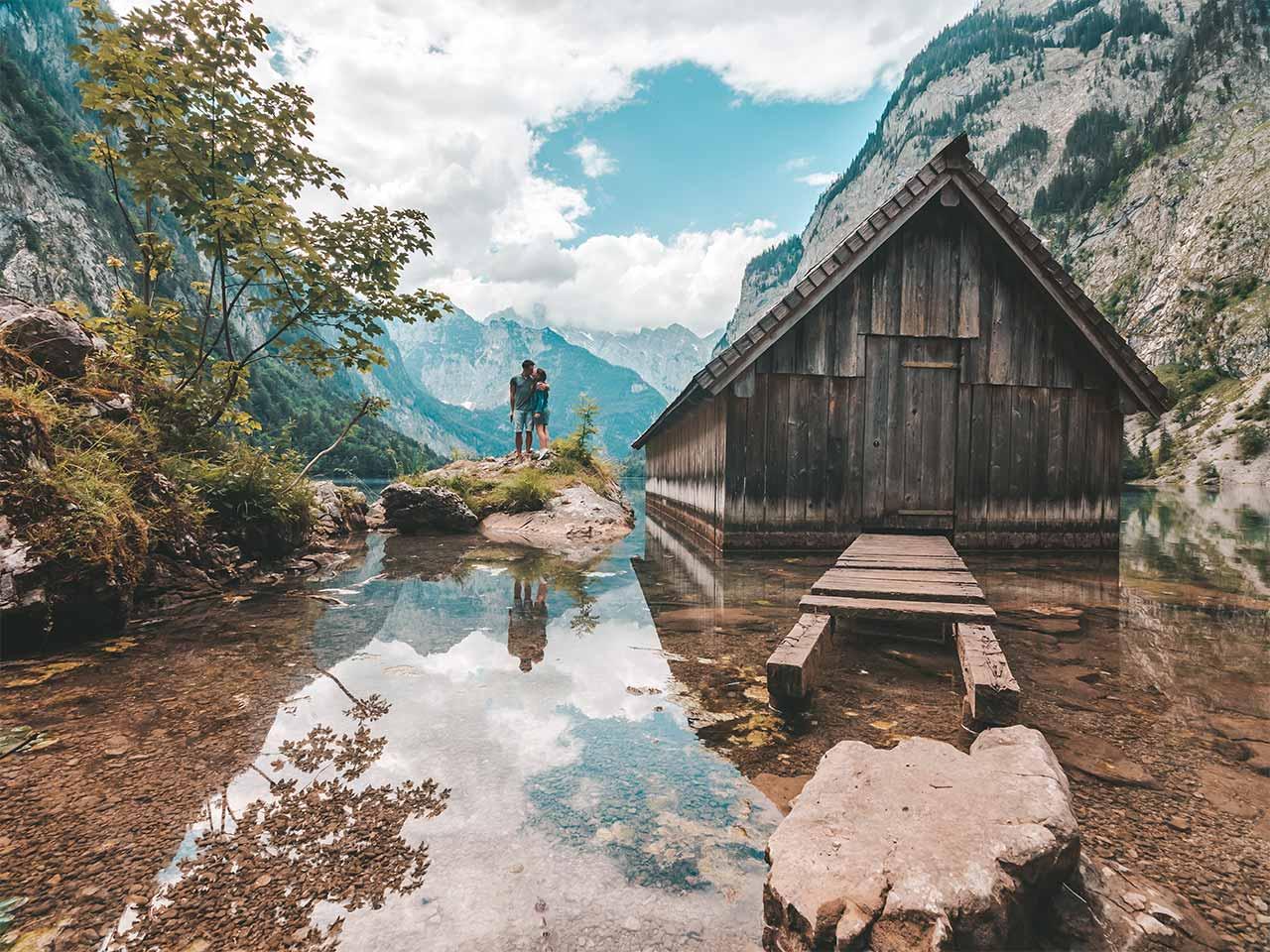 Bootshütte am Königssee - Jasmin und Valentin mit Spiegelung im Obersee